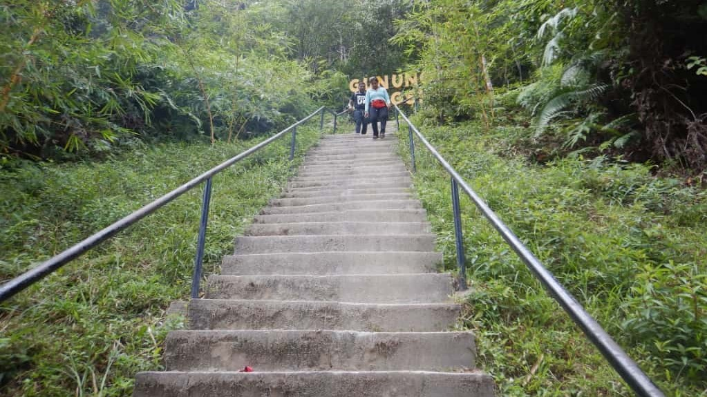 アンシ山エントランス付近の急な階段